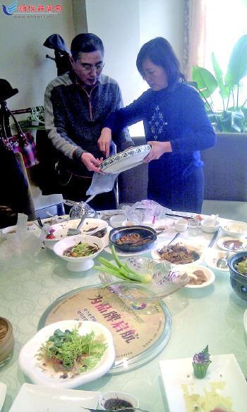 市民刘女士和家人将剩菜打包