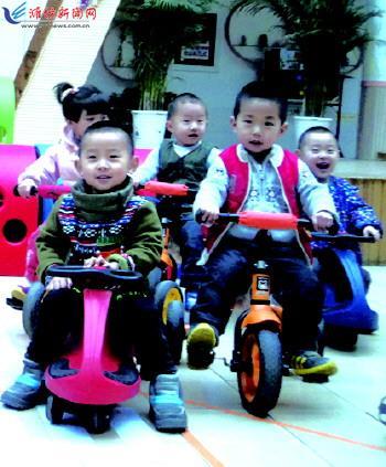 潍坊新华幼儿园的小朋友在玩扭扭车