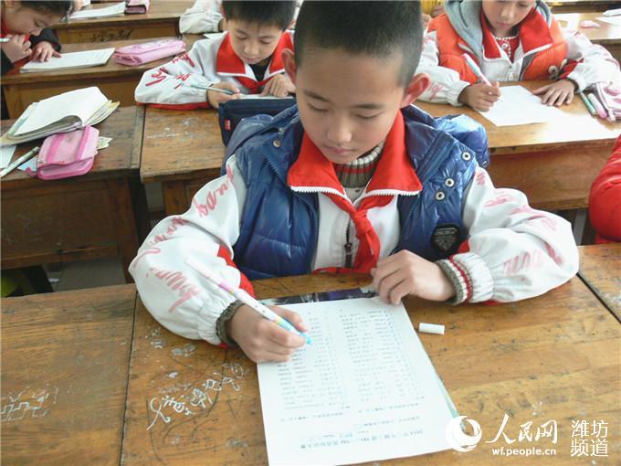 比赛中,学生们坐姿端正地书写着.