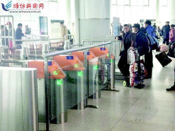 潍坊火车站自动检票闸机检修人工检票上阵 效