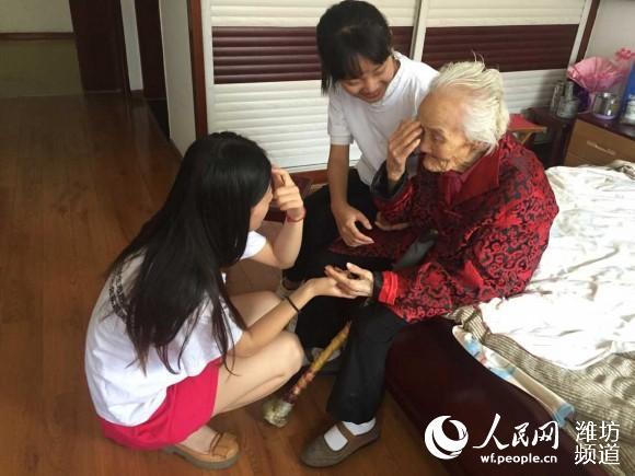 """""""实践团的志愿者们前往高新区鹤翔安养中心看望孤寡老人杨桂兰老奶奶."""