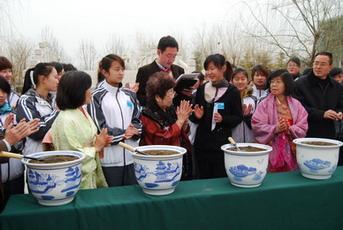 日本和平友好访中团访问潍坊幼特师(图)